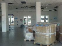 Sala d'attesa ridotta a magazzino